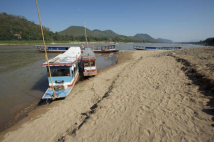 Bateaux sur les rives du Mékong à Luang Prabang
