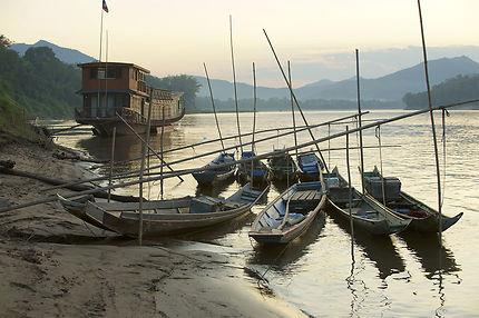 Bateaux sur les rives du Mékong