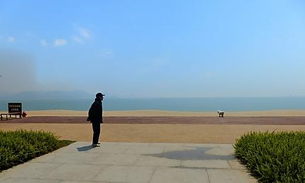 Retraité chinois au bord de la plage