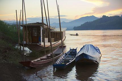 Bateaux sur les rives du Mékong le soir