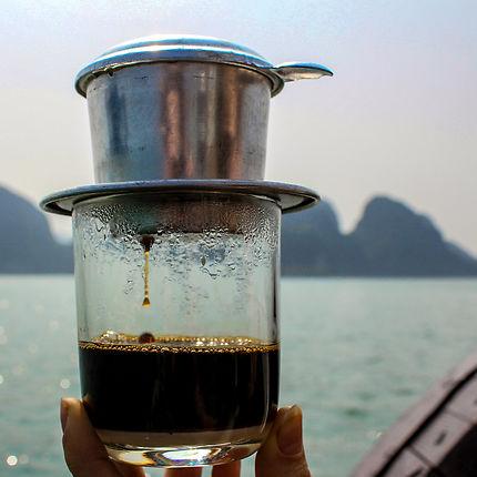 Café vietnamien en Baie d'Along