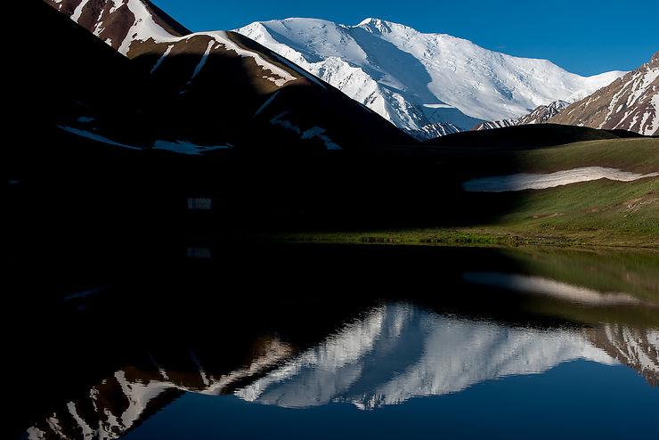 Le jour se lève sur le Pic Lénine, Kirghizistan