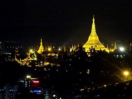 La nuit sur la Pagode Shwedagon à Yangon (Myanmar)