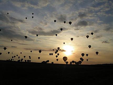 Meeting de ballons au crépuscule
