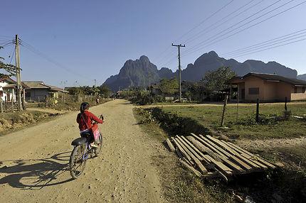 Sur le chemin de l'école à Vang Vieng
