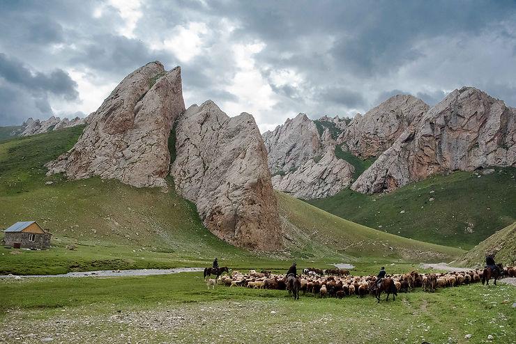 Cavaliers et bergers à Tach Rabat, Kirghizistan