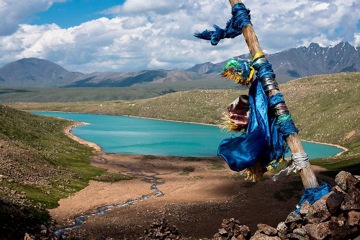 Drapeaux de prières bouddhistes dans le massif du Kharkhiraa, Mongolie