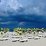 Ciel nuageux et parasols