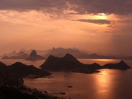 Crépuscule sur la baie de Rio