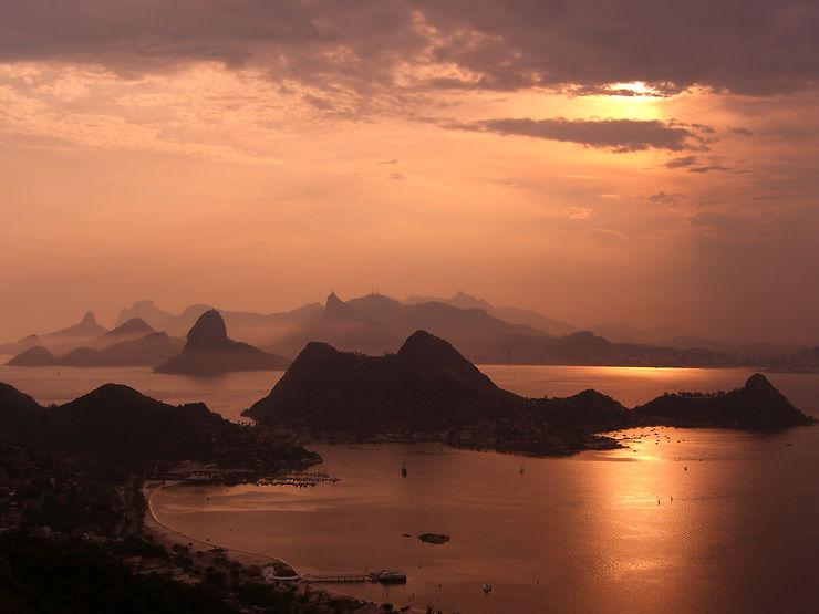 Crépuscule sur la baie de Rio, Brésil