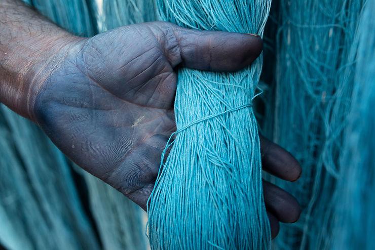 Main bleue d'un tisserand à Kashan, Iran