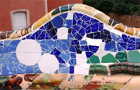 Le banc serpenté en mosaïque