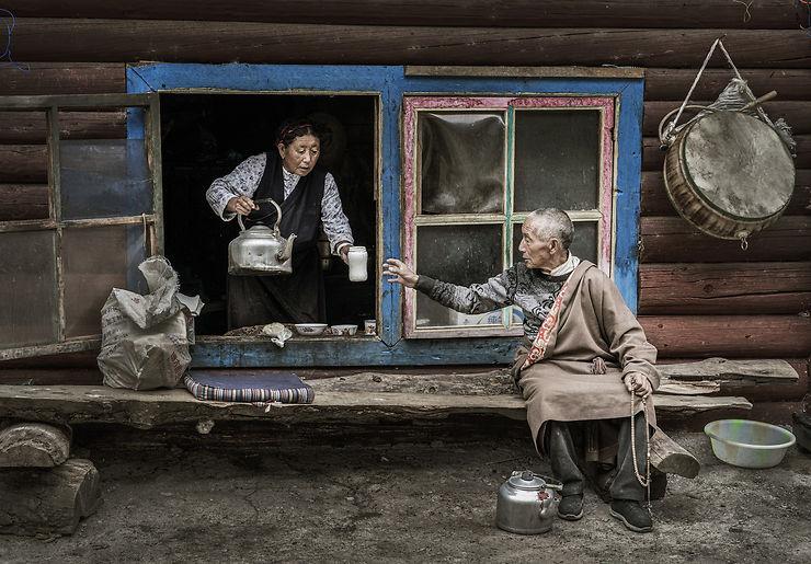 Une femme offre du thé à son visiteur, Tibet