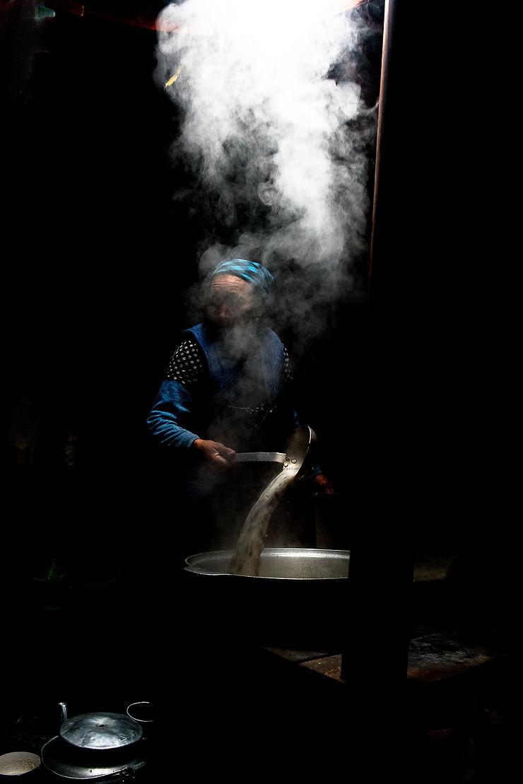 La préparation du thé dans la yourte, Mongolie