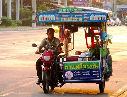 Marchand ambulant, plage de Jomtien, Thaïlande