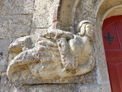 Homme semi-allongé à la porte du château