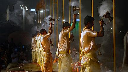 Varanasi en soirée, cérémonie de prière