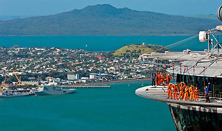 Le Père Noël surfe à Auckland
