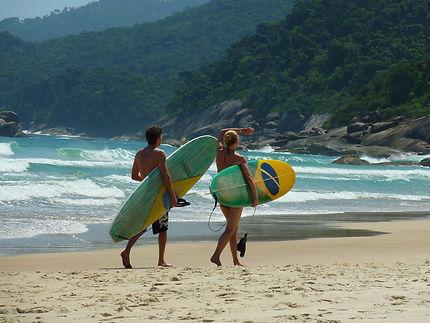 Surfeurs brésiliens sur une plage de Rio