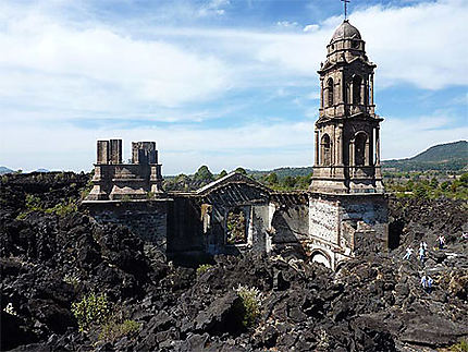Église de San Juan émergeant des laves