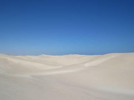 Dunes de sable blanc près de Lakabi