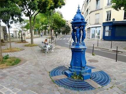 Surprenante fontaine Wallace bleue