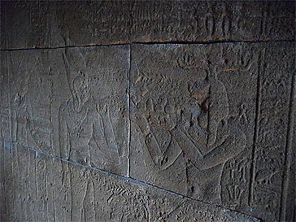 Un aperçu des hiéroglyphes du temple