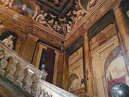 Escalier En Trompe L Oeil Dans Hotel De Chateaurenard
