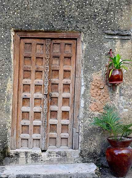 Porte en bois emblématique de la vieille ville