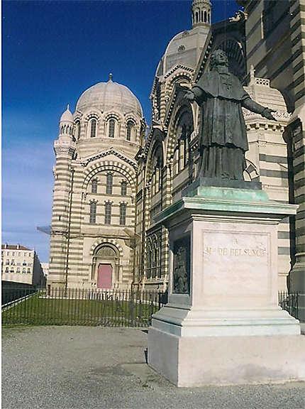 Cathédrale et statue
