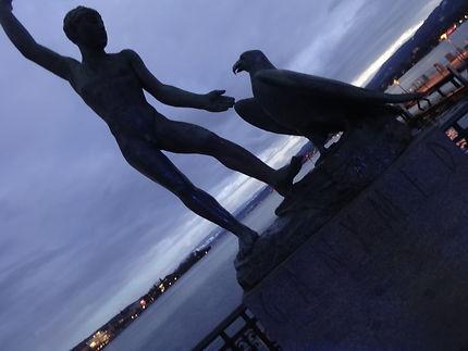 Statue au bord du lac