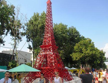 Tour Eiffel rouge (chaises de bistrots)