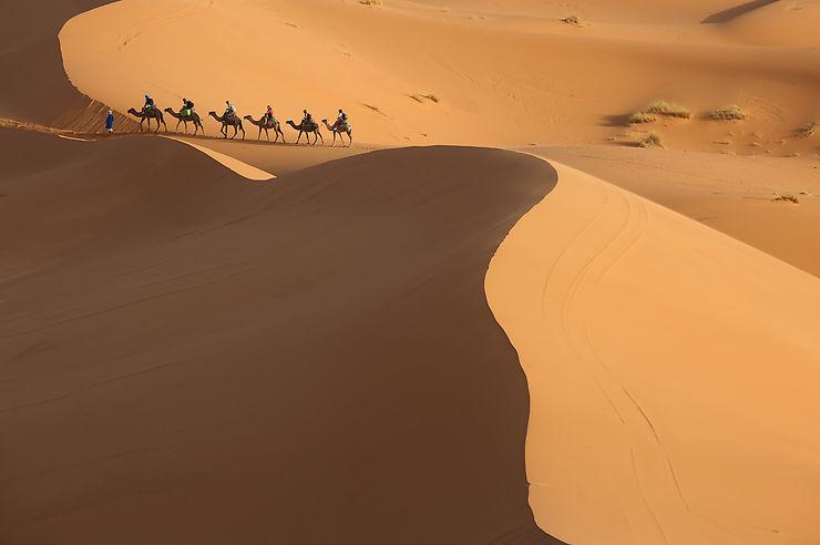 Meharée dans les dunes de Merzouga, Maroc, par Alain Diveu