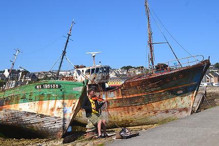 Le port de la presqu'île de Crozon et le musicien