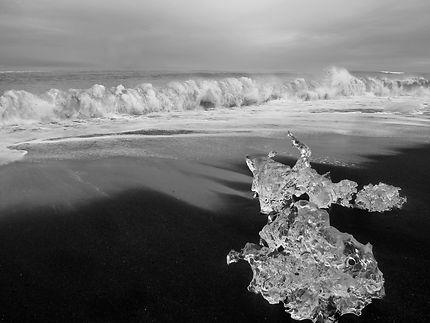 Glace, sable noir et vagues