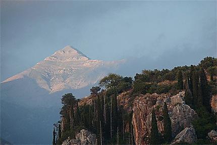 Au dessus de l'acropole le sommet du taygéte