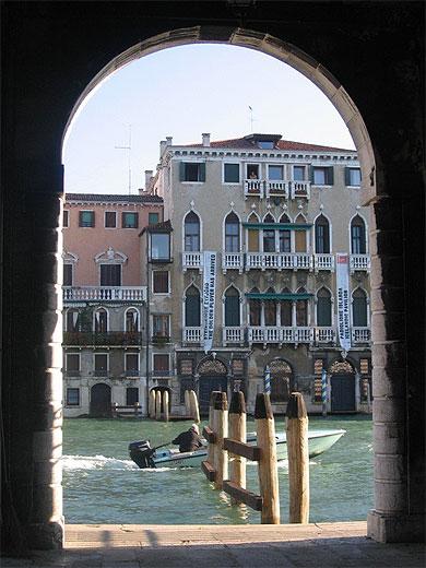 Le grand canal vu d'une arche du marché Rialto