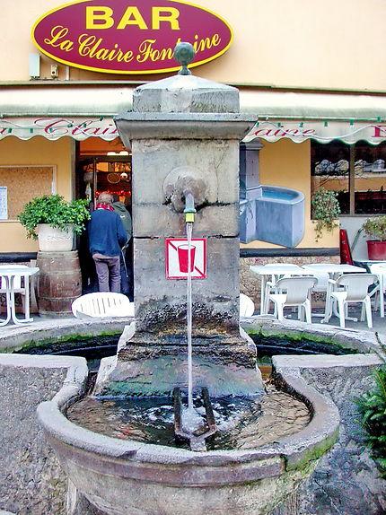 Bar profitant d'une fontaine non potable