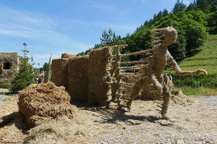 Alpes - Sculptures géantes sur paille et foin à Valloire