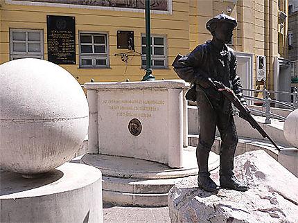 Corvin Köz et le monument pour les héros de la révolution