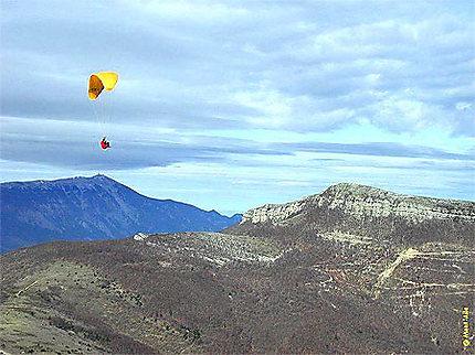 Le Mont Ventoux vu de loin en parapente