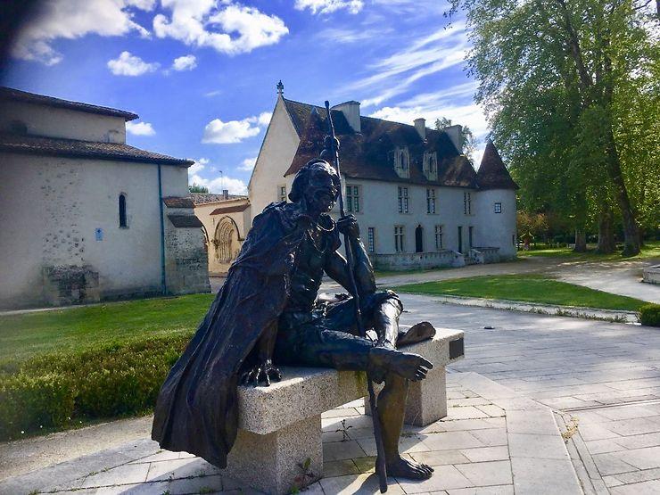 Statue d'un pèlerin de compostelle au Prieuré de Cayac à Gradignan