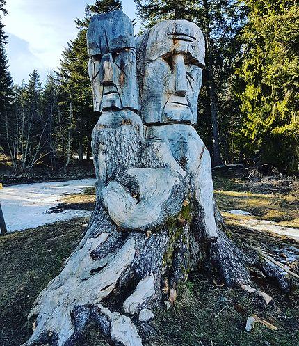 Sculpture sur un arbre au départ du Charmant Som