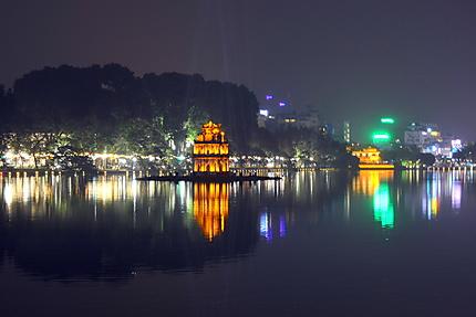 Vue nocturne sur le lac