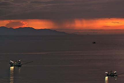 Crépuscule et bateaux de pêche