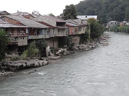 Habitations le long de la rivière Rioni