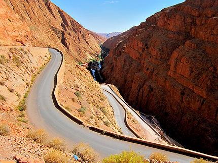 Route sinueuse au Maroc