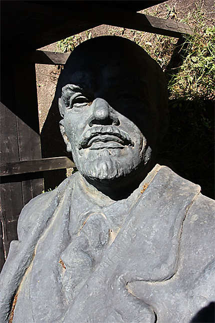 Statue de Lénine cachée dans le parc du château