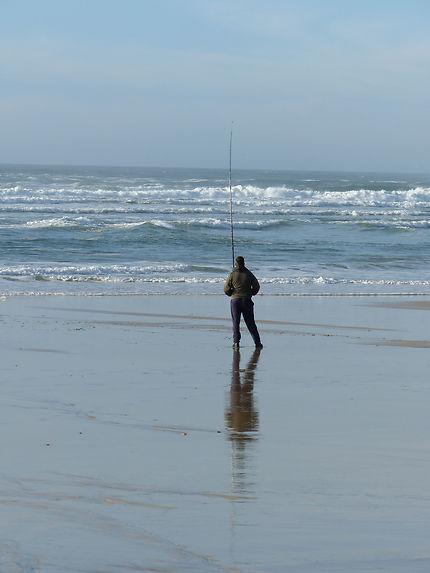 Un pêcheur sur une plage de Biscarrosse