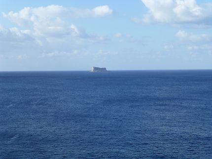 Îlot de Filfla au loin, à Malte